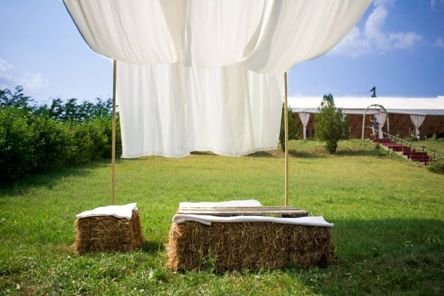 Nunta in aer liber pe baloti de paie