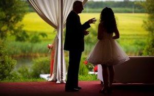 Cort I Do Weddings si campul din fata