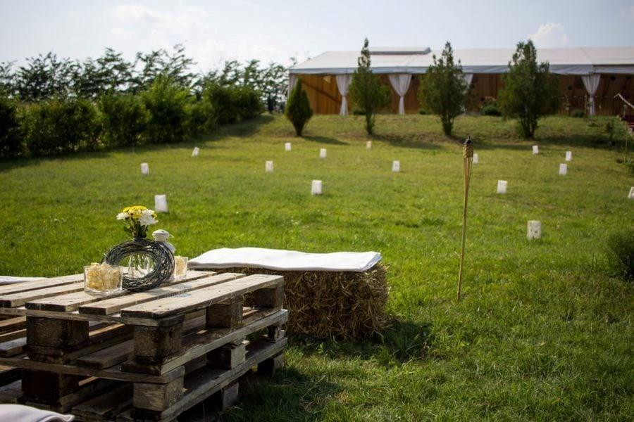 Nunta in aer liber vedere din fata cortului